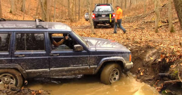 Jeep Cherokee vs Toyota Landcruiser - Off-Road Battle 2